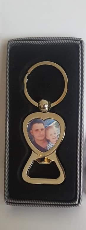 Szív alakú, fém kulcstartó, sörbontóval
